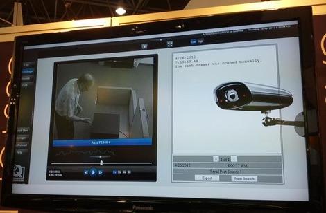 Tiroir-caisse APG NetPRO associé étroitement à une caméra de surveillance IP